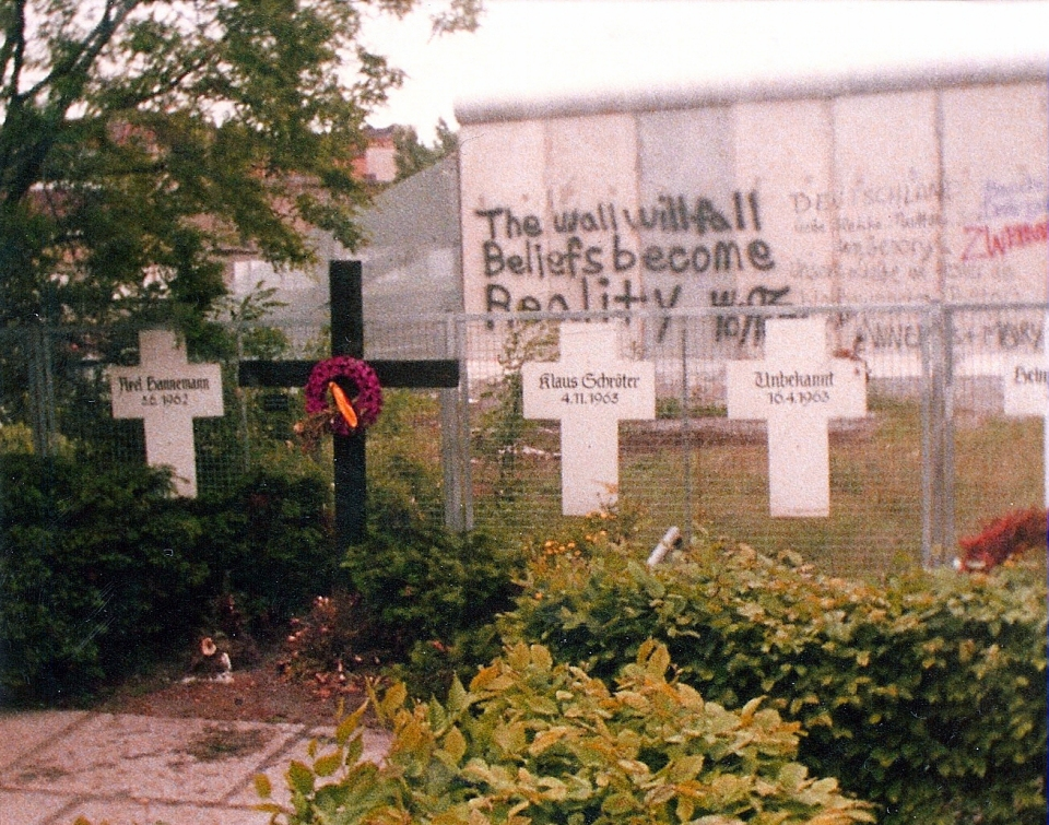 25 aniversario Berlin-Memorial_to_the_Victims_of_the_Wall-1982